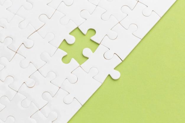 Witte puzzel met een stukje ontbreekt