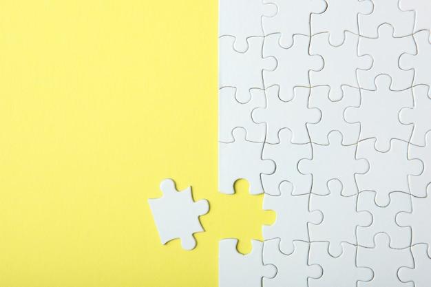 Witte puzzel op een gekleurde achtergrond bovenaanzicht