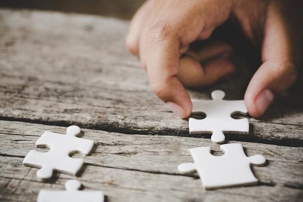 Witte puzzel op een houten tafel