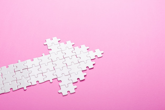 Witte puzzel. pijlvormpuzzel