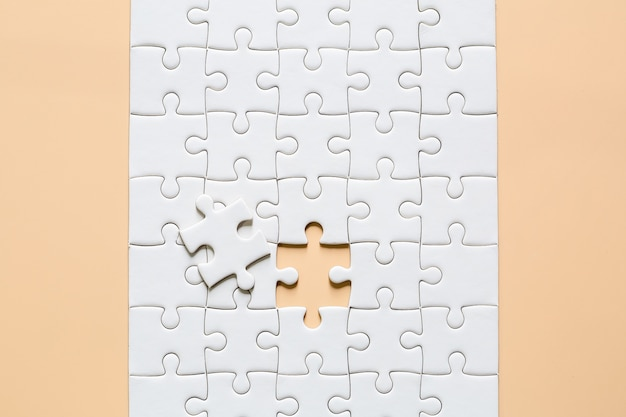 Witte puzzelstukken op roze