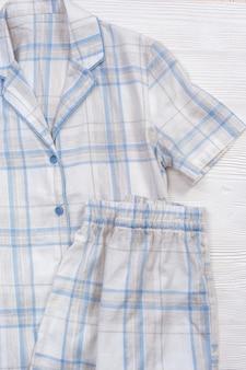 Witte pyjama, comfortabel katoenen slaappak, warm shirt en korte broek