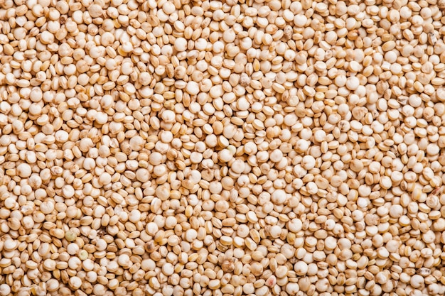 Witte quinoa zaden bovenaanzicht als achtergrond