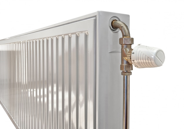 Witte radiator in een appartement. uitknippad