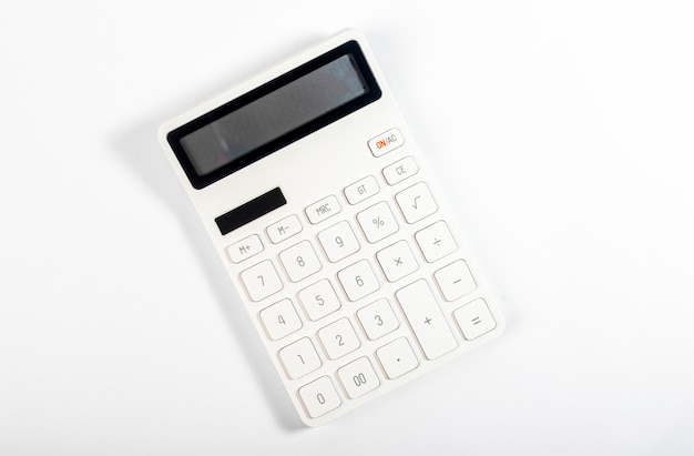 Witte rekenmachine op witte achtergrond, bovenaanzicht.