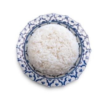 Witte rijst in de plaat op witte achtergrond wordt geïsoleerd die