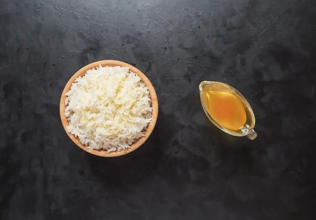 Witte rijst in een houten kom. een bijgerecht van rijst met ghee. bovenaanzicht