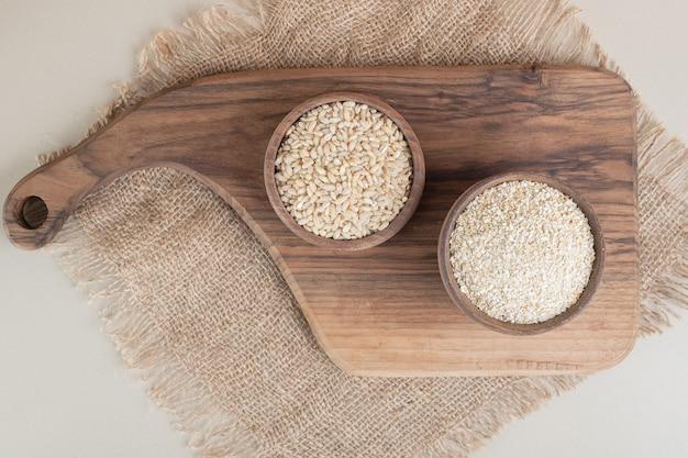 Witte rijst in een houten kopje op de houten schotel.