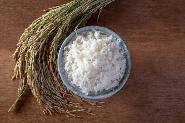 Witte rijst (jasmijnrijst) in een zak op een houten achtergrond