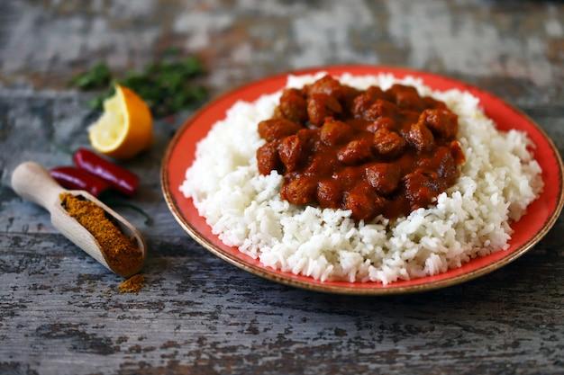 Witte rijst met curry met sojavlees.