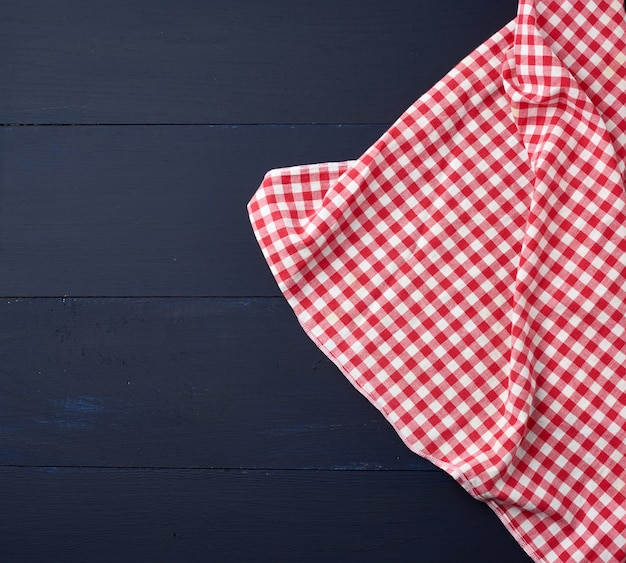 Witte rode geruite keukenhanddoek op blauwe houten