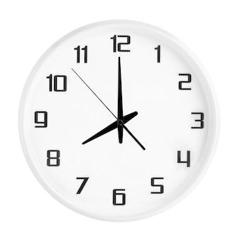 Witte ronde bureauklok die acht uur toont die op wit wordt geïsoleerd. lege witte klok met 20:00 of 08:00 uur