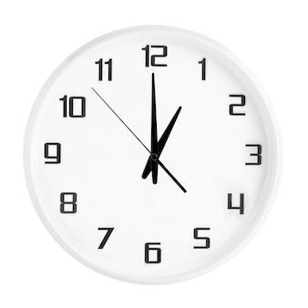 Witte ronde bureauklok die één uur toont dat op wit wordt geïsoleerd. lege witte klok met 13:00 of 01:00 uur