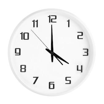 Witte ronde bureauklok die vier uur toont die op wit wordt geïsoleerd. lege witte klok met 16:00 of 04:00 uur