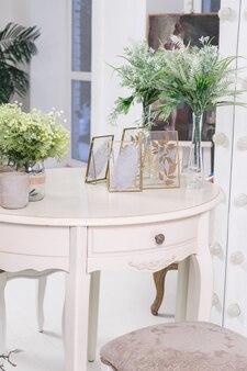 Witte ronde kaptafel voor de spiegel