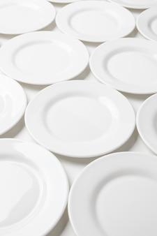 Witte ronde platen die op wit worden geïsoleerd