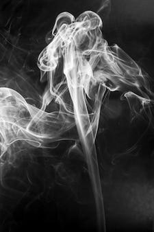 Witte rook beweging op zwarte achtergrond.
