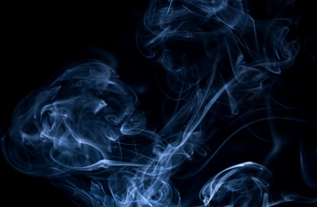 Witte rook collectie op zwarte achtergrond