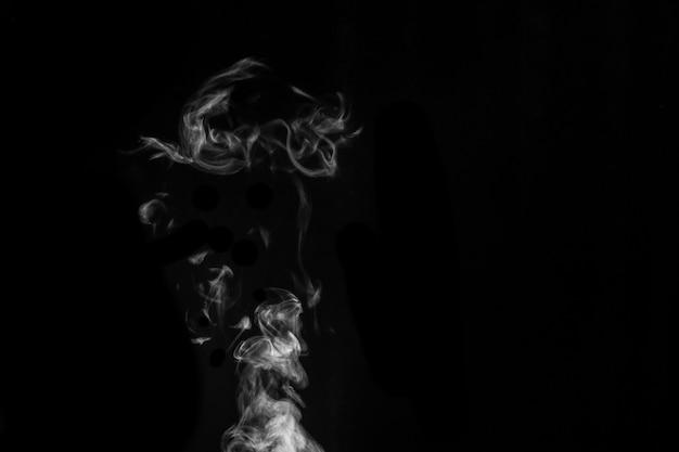 Witte rook op zwarte achtergrond. dacht rook op een donkere achtergrond. abstracte achtergrond, ontwerpelement, voor overlay op afbeeldingen