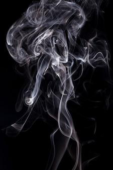 Witte rook op zwarte achtergrond.
