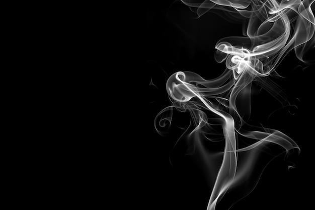 Witte rooksamenvatting op zwarte achtergrond, brandontwerp