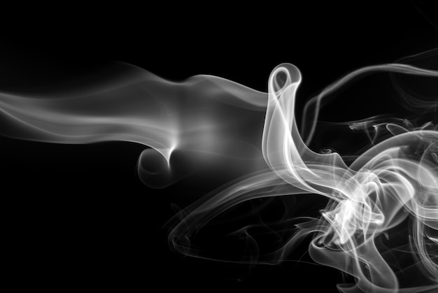 Witte rooksamenvatting op zwarte achtergrond