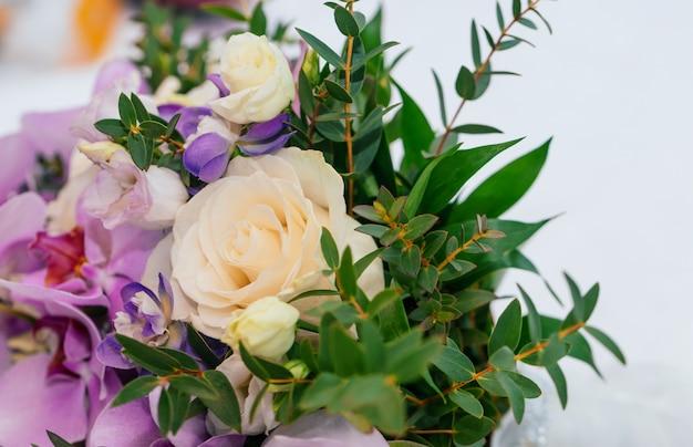 Witte roos en irissen op wit oppervlak