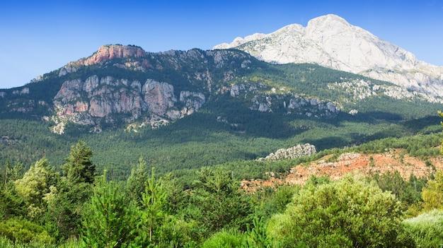 Witte rotsachtige berg in de pyreneeën, spanje