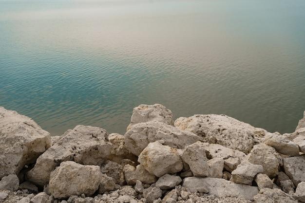 Witte rotsachtige stenen gewassen door schoon water