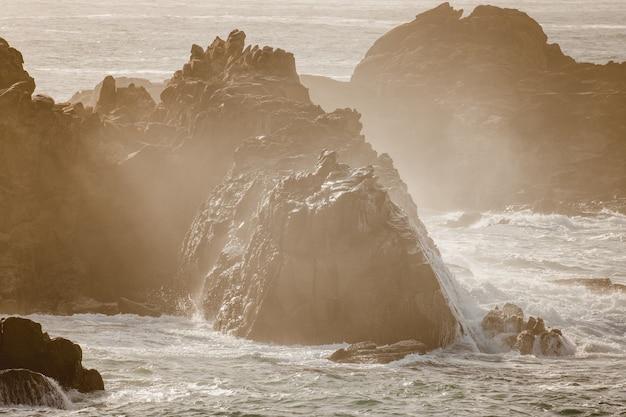 Witte rotsformatie op het water overdag