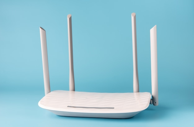 Witte router op een blauwe achtergrond