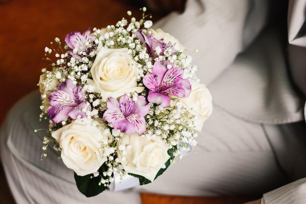 Witte rozen bruid boeket