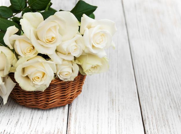 Witte rozen in een mand