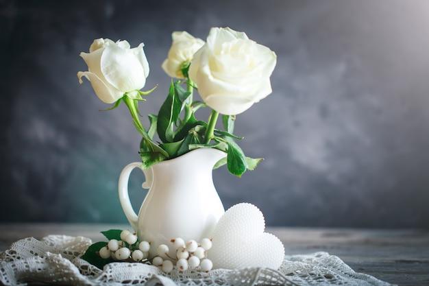 Witte rozen in een vaas