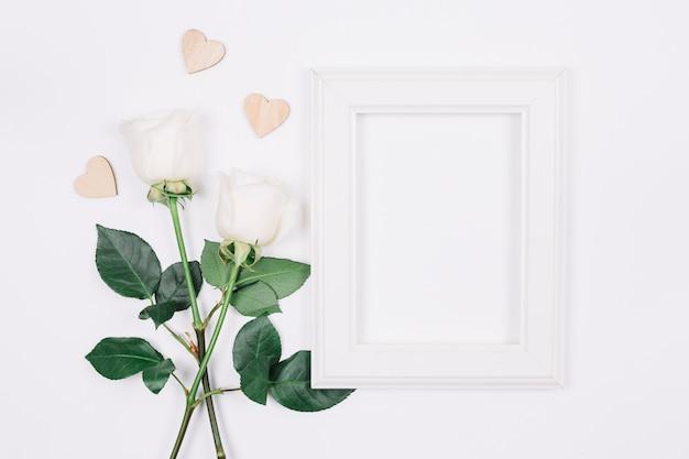 Witte rozen met een frame