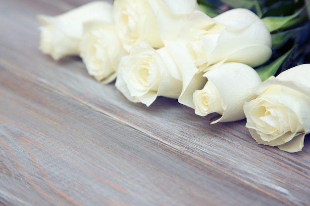 Witte rozen op een houten achtergrond