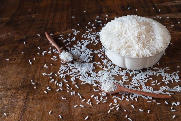 Witte ruwe rijst in een kom op een houten tafel