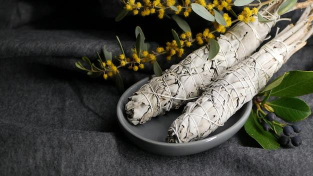 Witte salie smudge stick voor aromatherapie. essentiële wierook om uit te vegen.