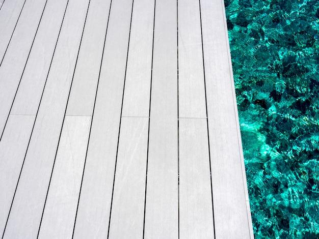 Witte schone houten plankenvloer aan het zwembad
