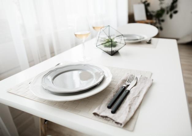 Witte schone plaat met cultery in wit loft interieur in scandinavische stijl.