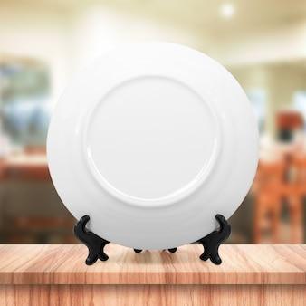 Witte schotel of keramische plaat op moderne keuken