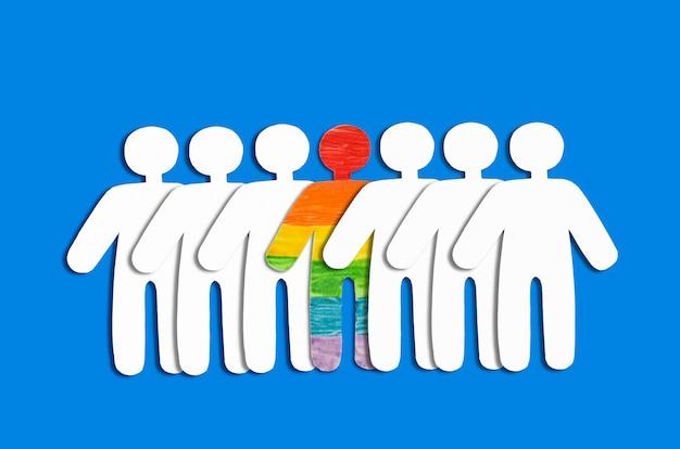 Witte silhouetten van mensen en silhouetten van mensen in de regenboog lgbt