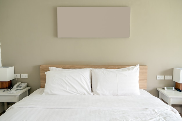 Witte slaapkamer op hout en object