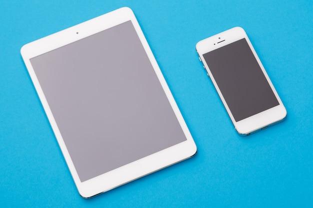 Witte slimme telefoon en tablet
