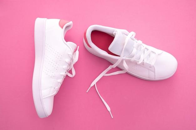 Witte sneakers op kleur achtergrond