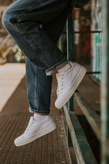 Witte sneakers op vrouwenmodel