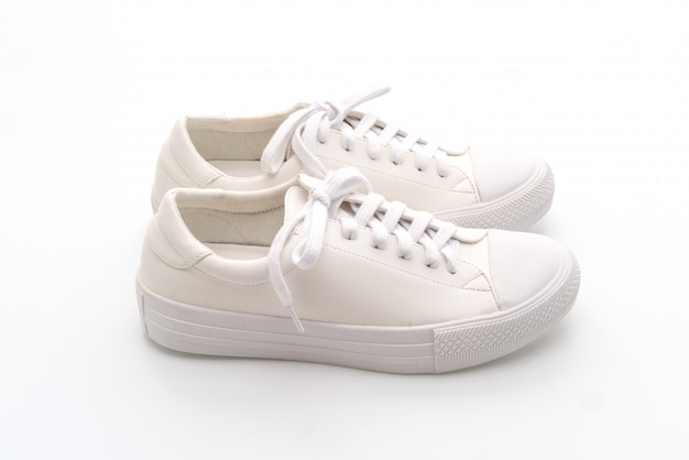 Witte sneakers op witte achtergrond