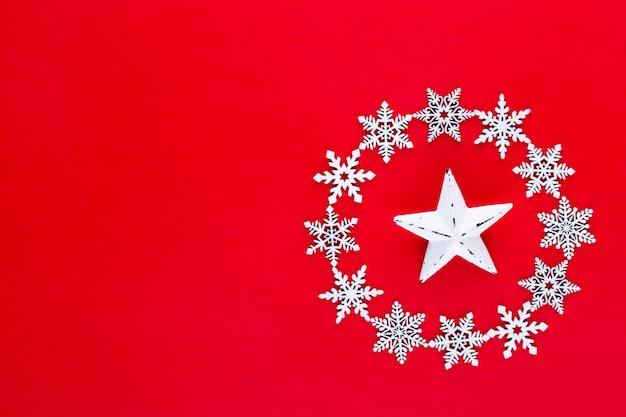 Witte sneeuwvlokken krans decoraties op rode kerst