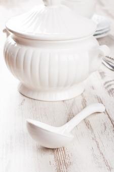 Witte soepterrine en pollepel