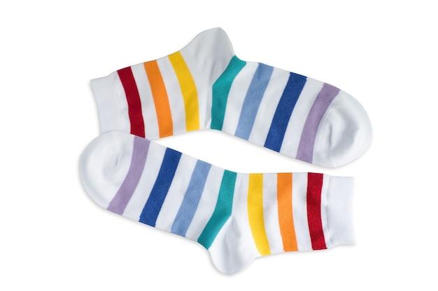 Witte sokken in strepen van verschillende kleuren op een wit oppervlak, isoleren.